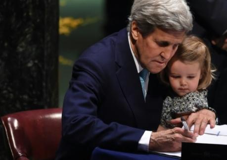 le-secretaire-d-etat-americain-john-kerry-signe-l-accord_1044193_500x352p
